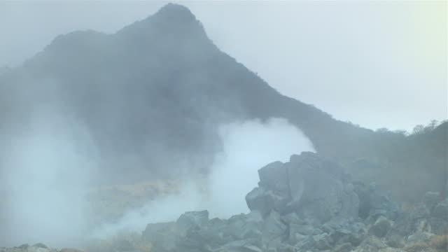 fumarola e paesaggi vulcanici di owakudani, mt. di hakone - pericolo video stock e b–roll