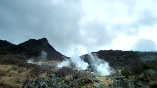 fumarola e paesaggi vulcanici di owakudani, mt. hakone (vista ampia 1 - pericolo video stock e b–roll