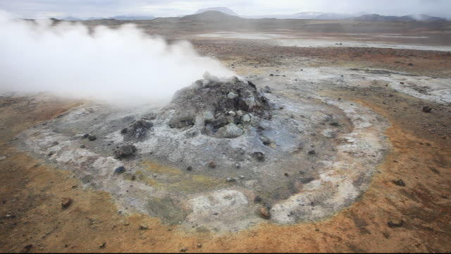 fumaroles emitting steam in the geothermal area of hverir near myvatn, northern iceland. 30% of iceland's electricty is generated from geothermal power. - 噴気孔点の映像素材/bロール