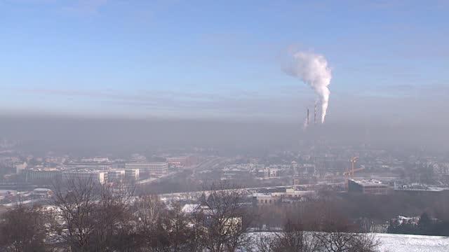 vídeos y material grabado en eventos de stock de fuming chimneys near heat and power plant - gris