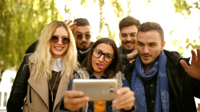 vidéos et rushes de plaisir et stupide selfie - cadrage aux genoux