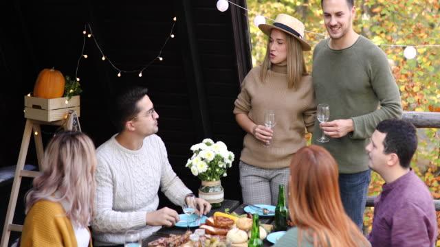 vídeos de stock e filmes b-roll de fun at autumn picnic in forest house - cabana de madeira