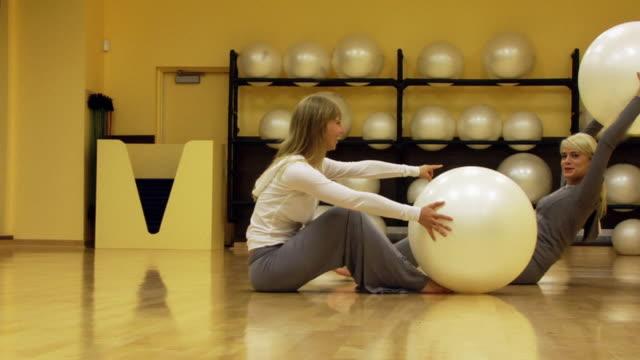 女性楽しいエクササイズ - フィットネスボール点の映像素材/bロール