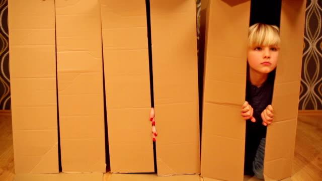 Spaß.  Familie begraben in Schachteln.