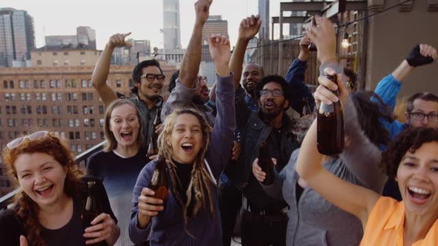 fun-gruppe freunde jubeln und springen - gemischte altersgruppe stock-videos und b-roll-filmmaterial