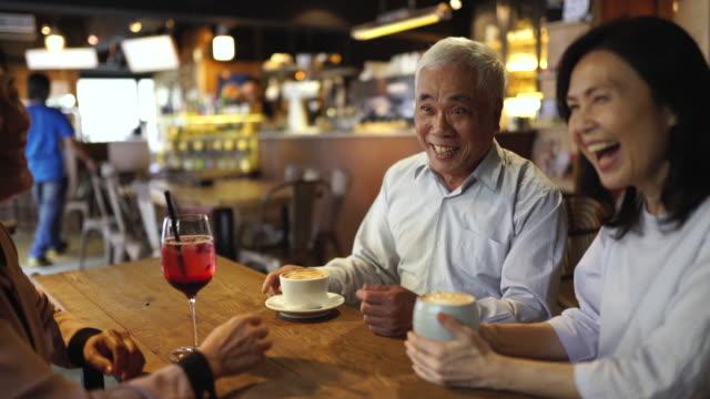 stockvideo's en b-roll-footage met leuk in het café met vrienden - koffie drank