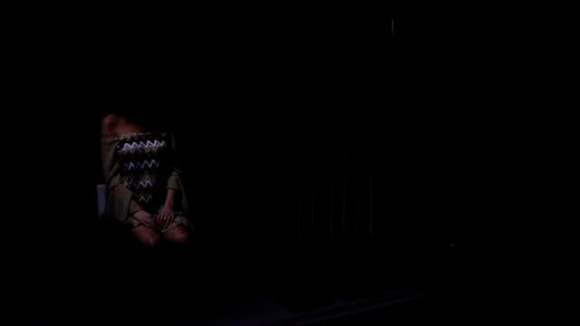 vídeos de stock, filmes e b-roll de diversão no escuro - batom