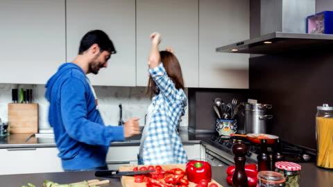 vídeos y material grabado en eventos de stock de fun in the kitchen - two people