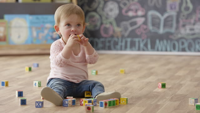 spaß im kinderzimmer - spielzeug stock-videos und b-roll-filmmaterial