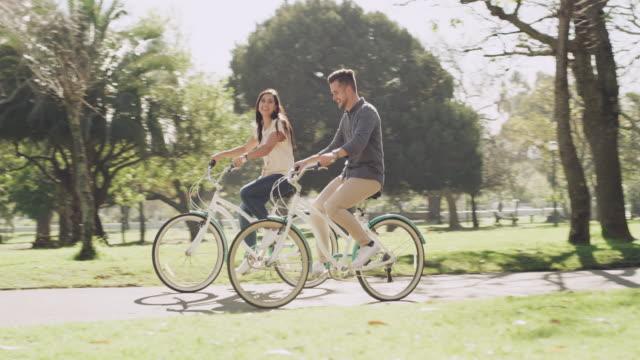kul håller hjulen på kärlek vrida - flickvän bildbanksvideor och videomaterial från bakom kulisserna