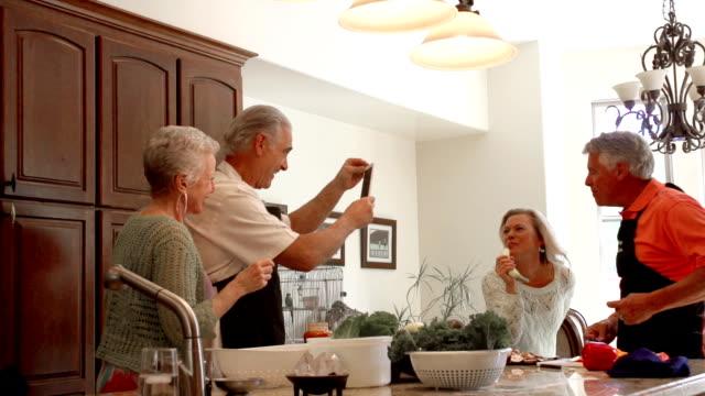 スローモーション楽しいマチュアキッチンでお料理をお作りいたします。 - ゲスト点の映像素材/bロール