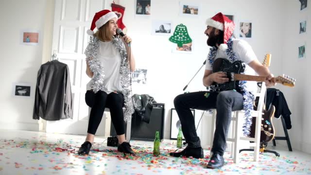 vídeos de stock e filmes b-roll de fun on christmas day - cantar