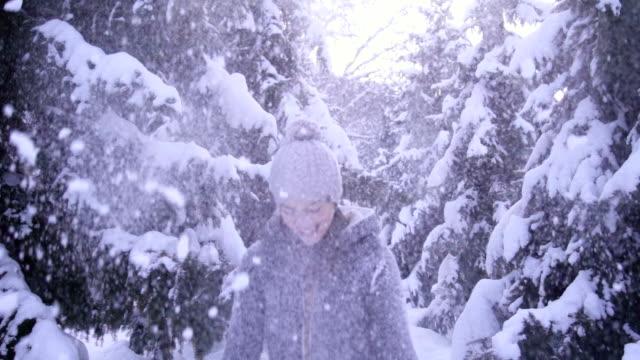 vídeos de stock, filmes e b-roll de diversão na neve - arremessar