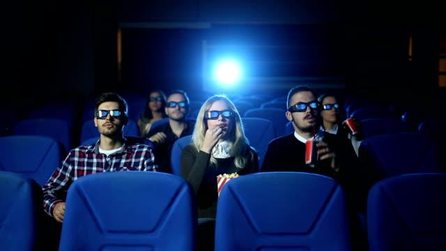 vídeos de stock, filmes e b-roll de diversão em filmes - óculos de terceira dimensão