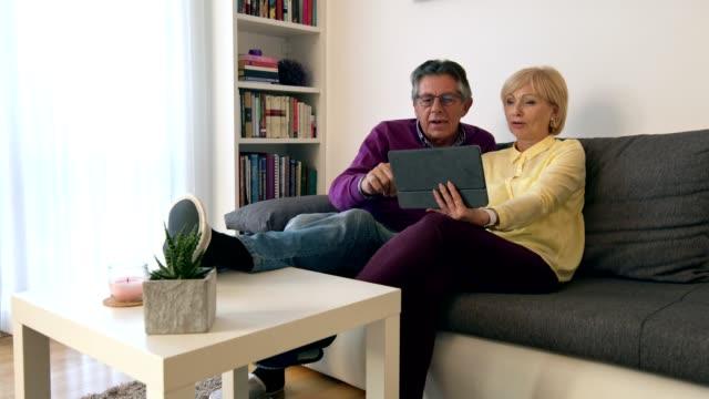vídeos de stock e filmes b-roll de fun time together - idoso na internet
