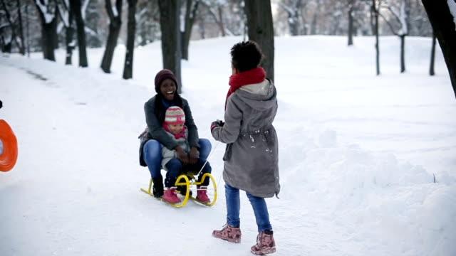 spaß wintertag mit freunden und familie - hut stock-videos und b-roll-filmmaterial