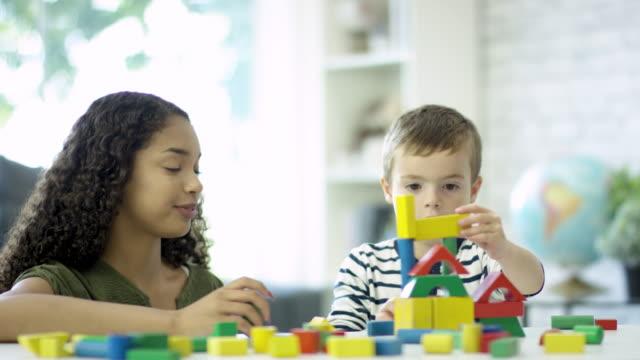 vídeos de stock e filmes b-roll de fun with building blocks - cuidar de crianças