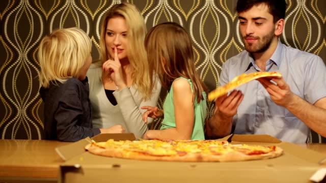 vídeos y material grabado en eventos de stock de diversión comer pizzza - doughter