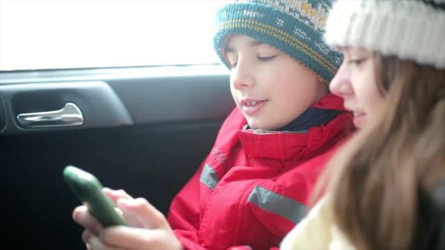 楽しく、スマートフォンでの車 - 車内点の映像素材/bロール