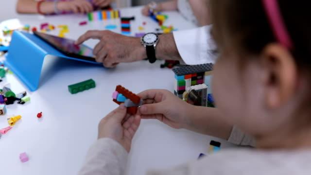 vídeos y material grabado en eventos de stock de diversión con cubos de juguete - nativo digital