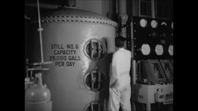 vidéos et rushes de temperance fundraising meeting riverfront factory w/ railroad int brewery w/ male standing next to still barrels of whiskey being rolled on elevated... - 1937