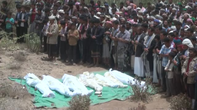 funeral ceremony for the 9 victims from albaisi family killed in saudiled coalition airstrikes against houthis held in alhabiyl village of ibb in... - 武力攻撃点の映像素材/bロール