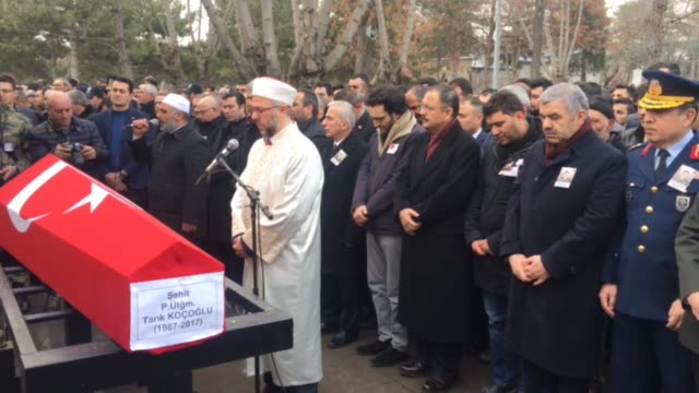 vidéos et rushes de funeral ceremony held for turkish infantry lieutenant tarik kocoglu martyred in operation euphrates shield near the daesh-held city of al-bab in... - infanterie