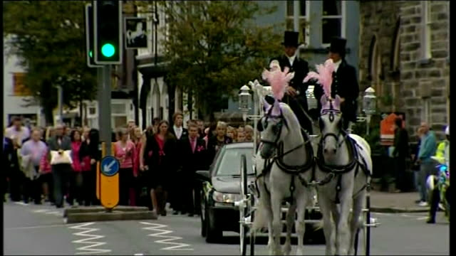 funeral of april jones; wales: machynlleth: ext horse-drawn hears along road carrying coffin of april jones followed by mourners on foot mourners... - aprile video stock e b–roll