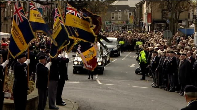 funeral of british soldier killed in afghanistan; england: north yorkshire: skipton: ext funeral cortege of sergeant gareth thursby along past people... - スキップトン点の映像素材/bロール