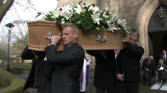vidéos et rushes de funeral of england goalkeeper gordon banks takes place in stoke england staffordshire stoke ext **music 'my way' heard** coffin carried from church... - cercueil