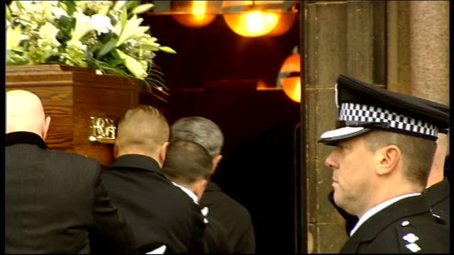 funeral of glasgow helicopter crash pilot captain david traill scotland glasgow ext pallbearers with coffin into glasgow university's bute hall with... - carro funebre video stock e b–roll