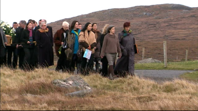 vídeos de stock, filmes e b-roll de funeral of kidnapped charity worker linda norgrove scotland isle of lewis ext crowd of mourners along with coffin of linda norgrove - hébridas