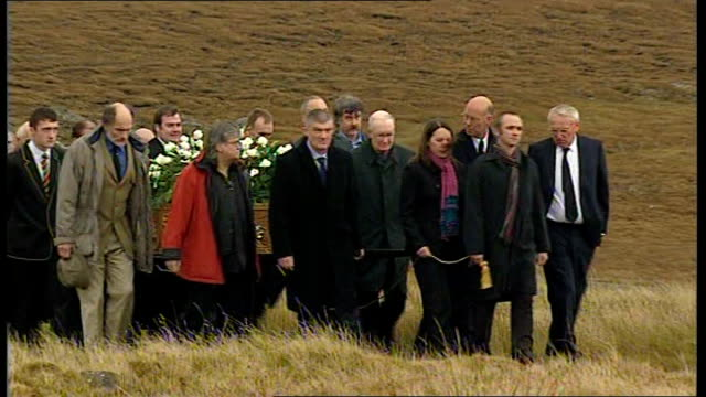 vídeos de stock, filmes e b-roll de funeral of kidnapped charity worker linda norgrove scotland isle of lewis ext mourners along carrying coffin of linda norgrove - hébridas