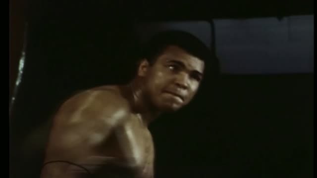 stockvideo's en b-roll-footage met funeral of muhammad ai held in louisville 2051976 / 87651 int various of muhammad ali hitting punchbag - stootzak fitnessapparatuur