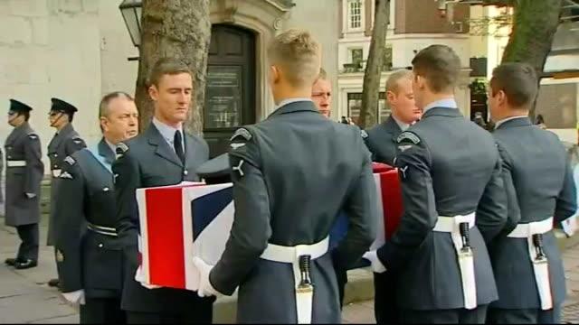 stockvideo's en b-roll-footage met funeral of oldest surviving battle of britain pilot william walker england london st clement danes ext military pallbearers carrying flagdraped... - hijsen