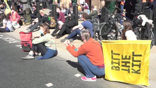 funeral of prince philip, duke of edinburgh: 'kill the bill' protesters in london observe minute's silence; uk, london: 'kill the bill' protesters... - politics stock-videos und b-roll-filmmaterial