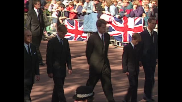 funeral of princess diana: royal family at buckingham palace gates; england: london: buckingham palace: ext funeral procession along with the coffin... - funeral stock videos & royalty-free footage