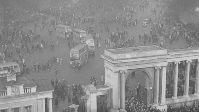 dx - funeral procession of king george v - taken at hyde park corner - february 1936 - london - rain - over arch into park - crowds dispersing - buses, cars, etc - b&w. - mourning stock videos & royalty-free footage