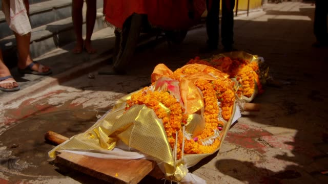 funeral processions in varanasi, india - begräbnis stock-videos und b-roll-filmmaterial