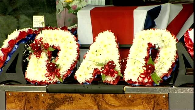 vídeos y material grabado en eventos de stock de funerals held for british soldiers killed in a road accident wreaths of flowers spelling the word dad hearse rain ends - ortografia