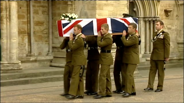 vídeos de stock e filmes b-roll de funerals held for two british soldiers killed in afghanistan; england: wiltshire: salisbury cathedral: ext union jack flag draped over coffin of... - cathedral