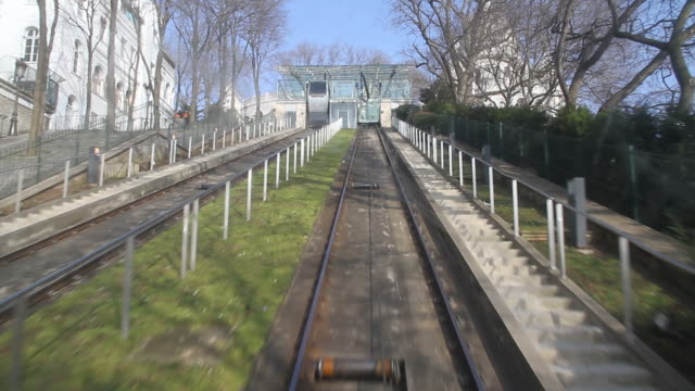 stockvideo's en b-roll-footage met funicular cable car at montmartre in paris - kabelwagen
