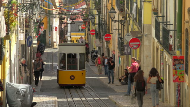funicular on rua da bica, bairro alto, lisbon, portugal - tram video stock e b–roll