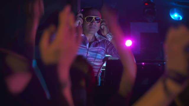 vídeos y material grabado en eventos de stock de hd: funky dj en acción - miembro parte del cuerpo