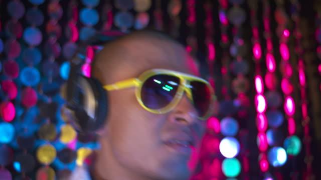 stockvideo's en b-roll-footage met hd: funky dj playing music - club dj