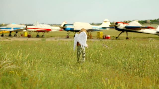 Lustige Engel auf dem Flugfeld