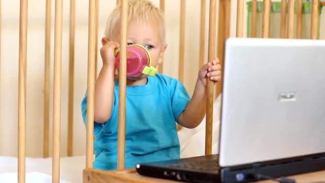 Lustige baby und laptop
