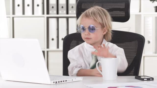 hd: funny business junge mit lennon sonnenbrille - cool und lässig stock-videos und b-roll-filmmaterial