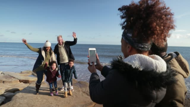 stockvideo's en b-roll-footage met grappige familie foto - whitley bay