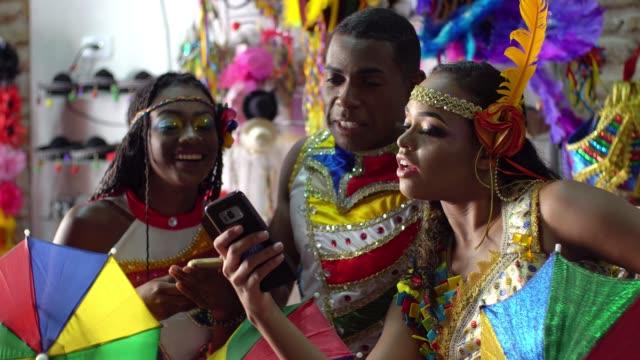roliga vänner - party social event bildbanksvideor och videomaterial från bakom kulisserna